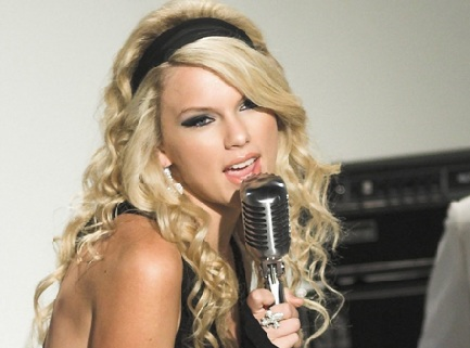 How did Taylor Swift become a Famous Singer?